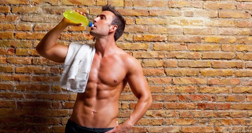 Sportler trinkt BCAA