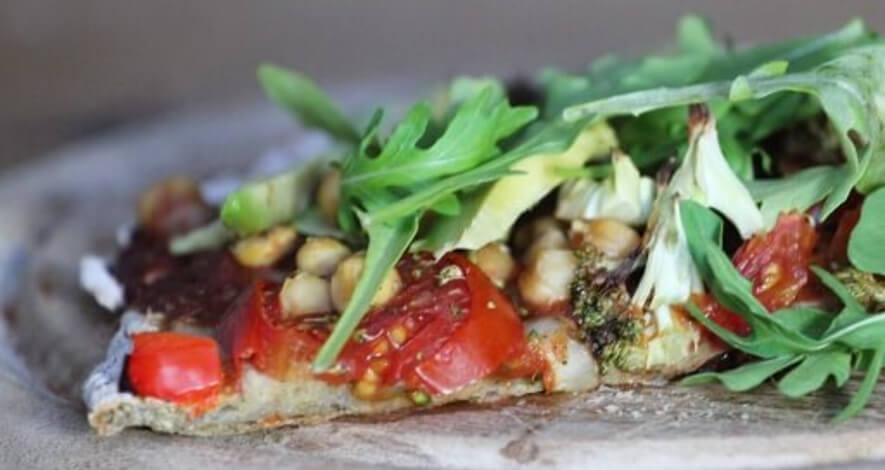 Falafelpizza mit Rucola und Tomaten