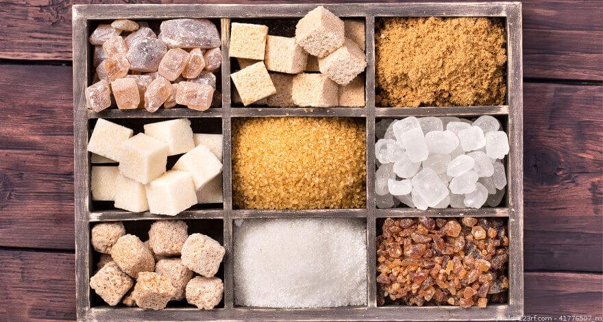Verschiedene Zuckerarten auf dem Tisch